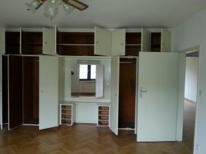Typische Einbauschränke in einem Zimmer einer Familienwohnung.